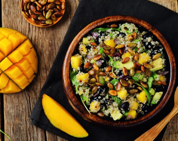 Salade quinoa, fèves noires et mangue display image